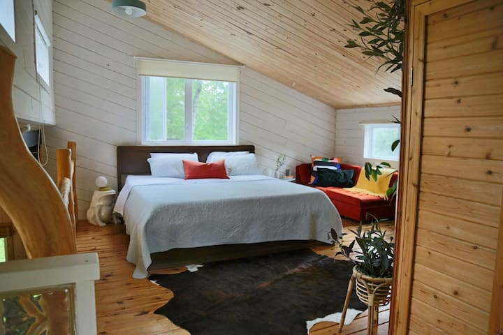 "Main bedroom, king size bed ""Endy"" mattress. Chambre principale sur mezzanine. King size bed ""Endy""."