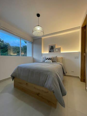 En esta habitacion tienes una cama doble superior y una inferior que debes sacar hacia el lado izquierdo de ella.