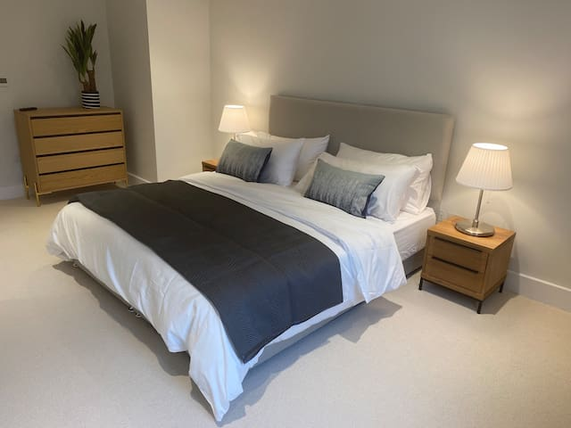 Super king bed in the Master with 500 thread count linen