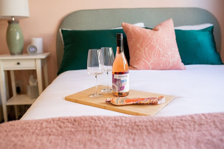 Beautiful bedroom, complimentary wine for every guest and silk pillow cases.