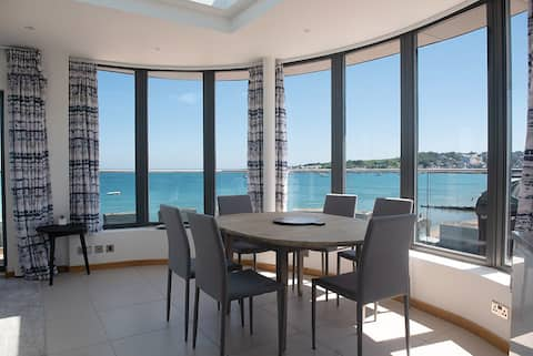 Stunning Beach Front Penthouse w Balcony Swanage