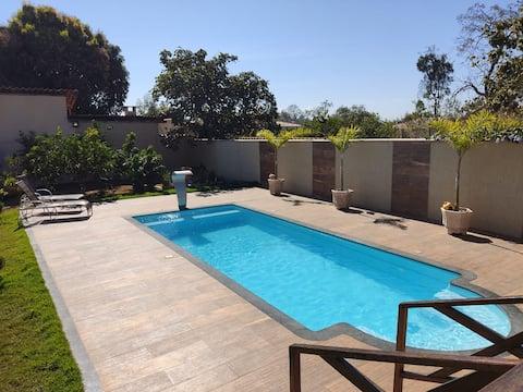 Casa de gran altura con zona gourmet y piscina.