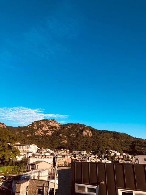 산이 보이는 경복궁 서촌 중심가의 깔끔한 집