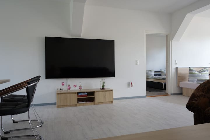 Der Wohnraum mit Smart-TV