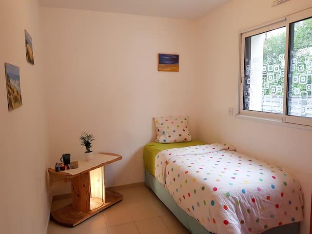 Chambre à couchage unique au rez-de-chaussée. Matelas origine Bretagne.