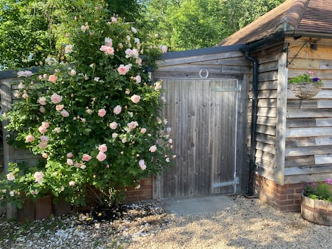 Beautiful cottage in stunning location near Thames
