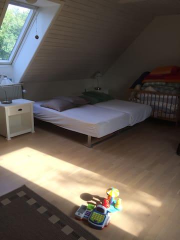 Stort soveværelse med dobbeltseng samt masser af legetøj til de mindste
