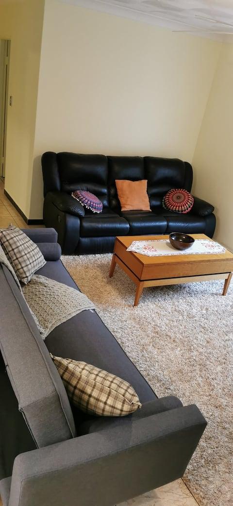 Apartemen 2 kamar tidur yang baru direnovasi dan nyaman