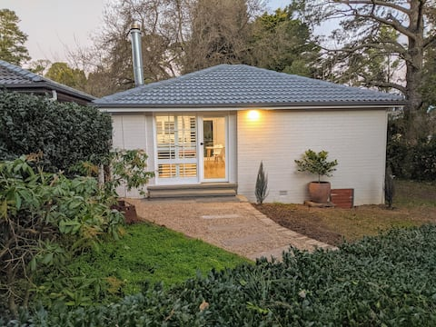 Fresh, new studio cottage with fireplace and spa