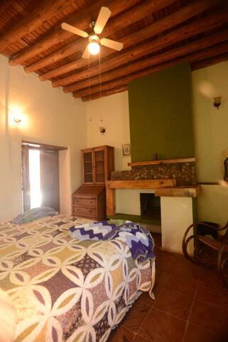 Habitación 1  cama king size chimenea y baño privado.