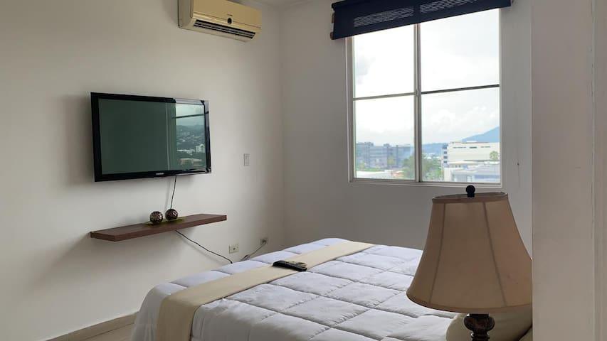 Habitación principal con Tv y aire acondicionado