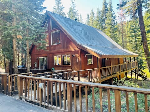 New! Chalet with WFH spaces, hot tub & EV charger