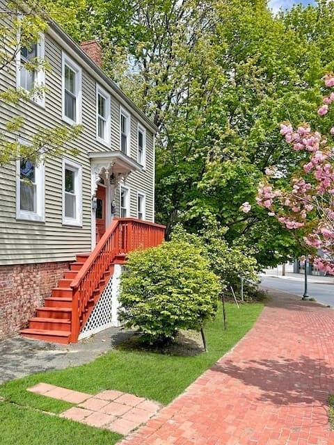 Private, 2bd, 1st floor unit in historic Amesbury