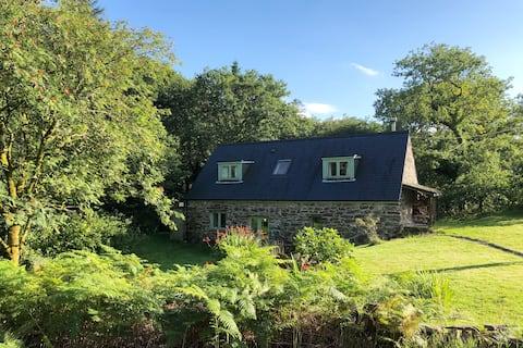 Idyllic Woodland Cottage with Hot Tub