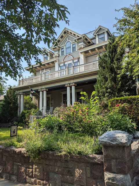 1-Bedroom Retreat at The Historic Farr House