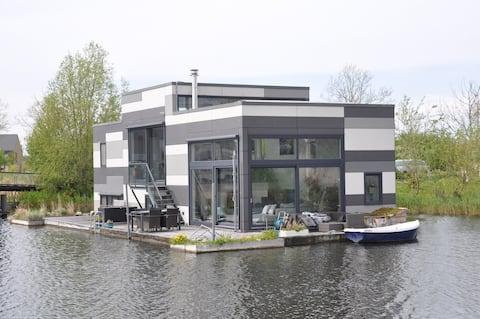 Moderne watervilla; logeren op het water