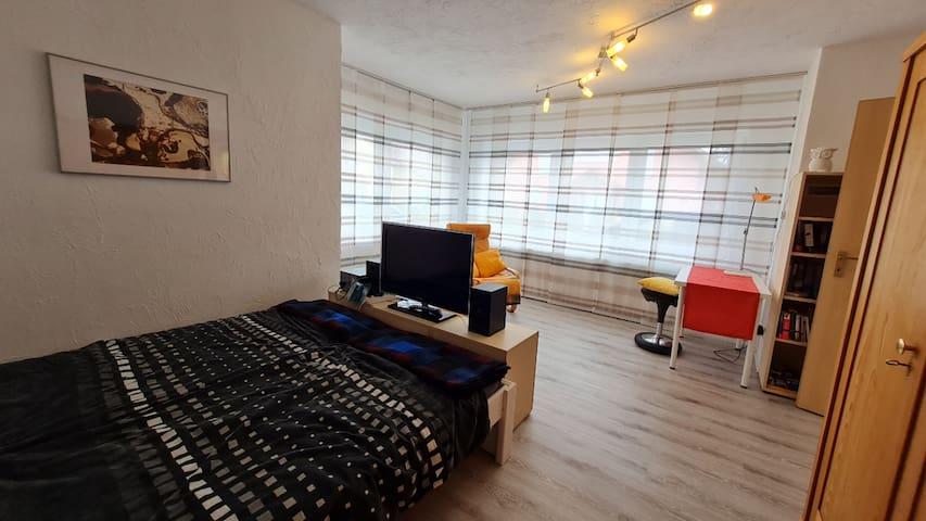 Wohn-Schlafzimmer mit Doppelbett