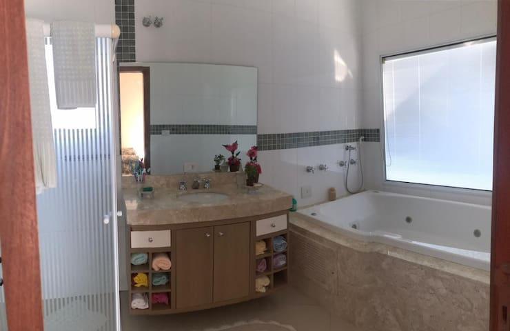 Banheiro Suíte Master com banheira e linda vista para represa.