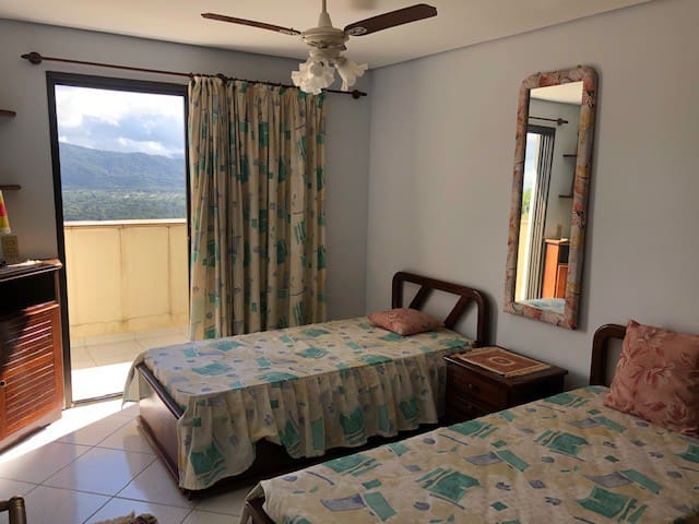 quarto suíte 4 com vista para a praia de Pernambuco e 2 bicamas