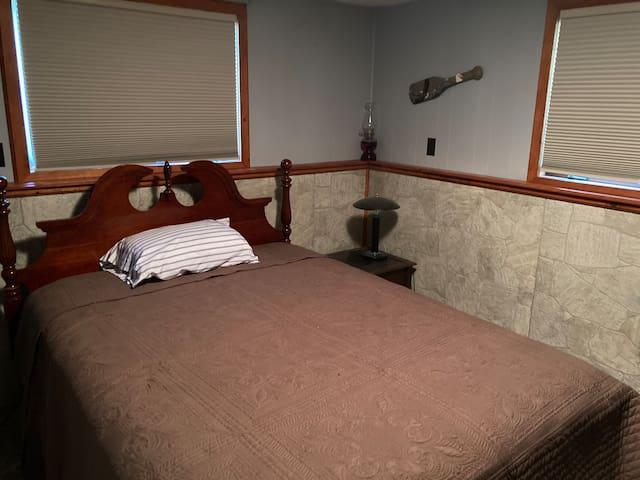 Queen bed in a cozy room!