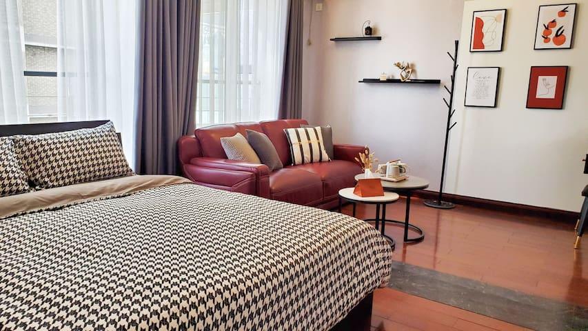 另外一间卧室兼客厅,兼具卧室和客厅功能区