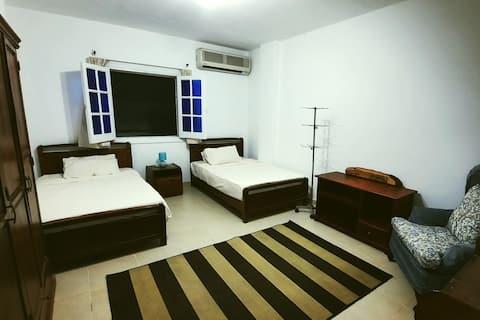 広々としたアパートにある素敵なツインベッドルーム。