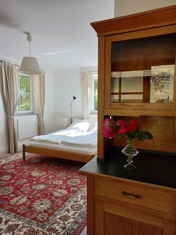 Doppelbett im großen Wohn-Schlafraum