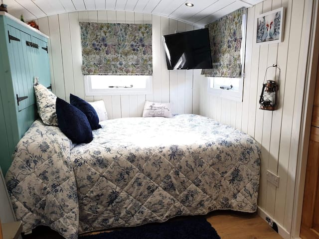 Muin double bed with King size duvet. A full length wardrobe is behind the pillows - if you want to hang that special dress/suit! Plus a Wall mounted TV - in case you're somehow bored????