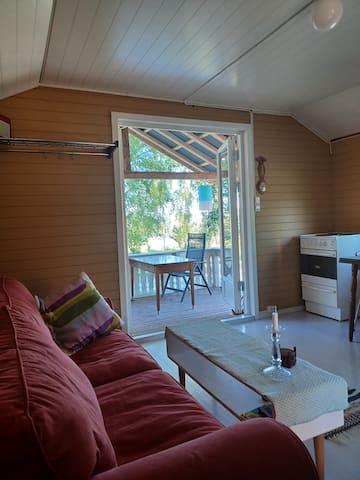 Oppholdsrom med flott utsikt og utgang direkte til takoverbygd terrasse. Sovesofa med plass til 2 kan slås ut dersom det trengs.