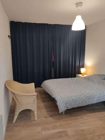 Chambre, lit 140 x 190, grand placard avec rideaux