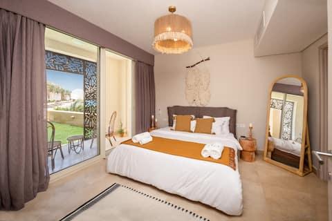 Abgeschieden und maßgeschneidert 1 BDR-Appartement mit Poolblick und Zugang zum Strand