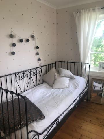 Sovrum på övervåningen med 2 enkelsängar.