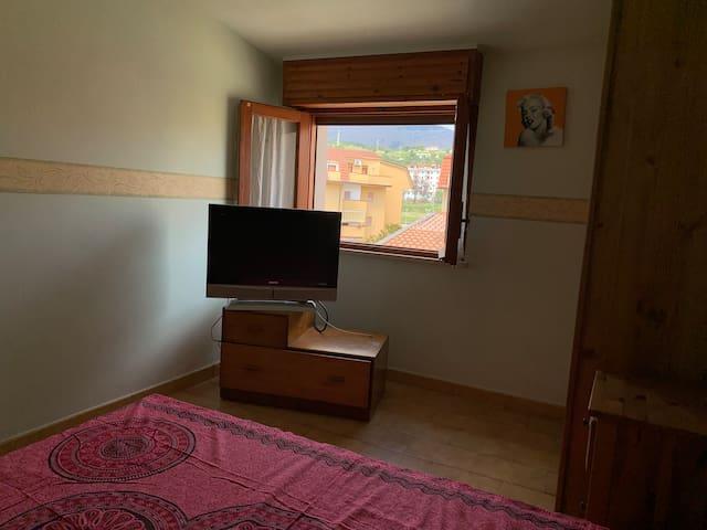 Спальная с двуспальной кроватью и потрясающим видом на горы