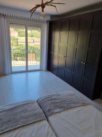 chambre N° 2,  vue piscine, balcon, grand dressing