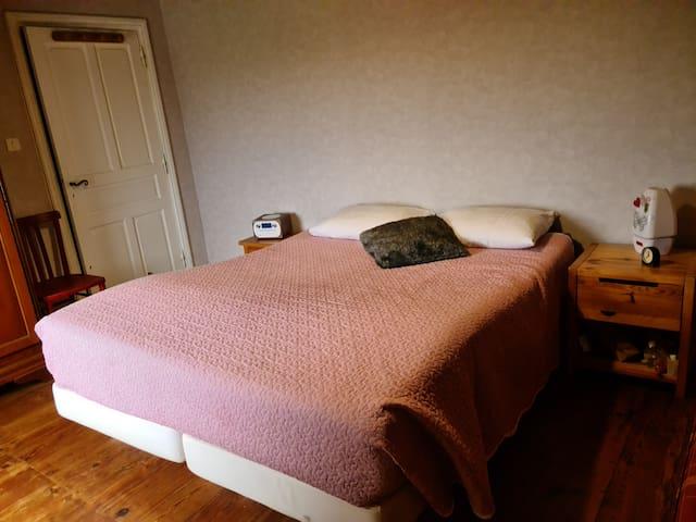 la 1ere chambre avec lit king size avec si besoin une place pour ajouter un lit bébé.  une armoire est à disposition pour nos invités.