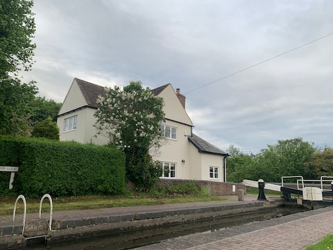 Tranquil canal-side Lock Keepers cottage