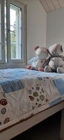 Pihan puoleisessa lyhdyssä on petipaikka nukkujalle, joka mahtuu 180 cm pitkään yhden hengen sänkyyn. Lapselle ihan mainio oma paikka.