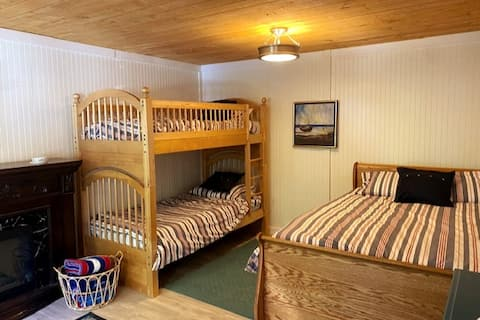 Charming 2 Bedroom Guest Cottage w/ Lake Access