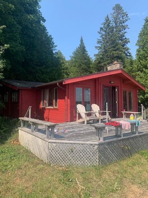 Lakefront south-facing 3 bedroom cottage