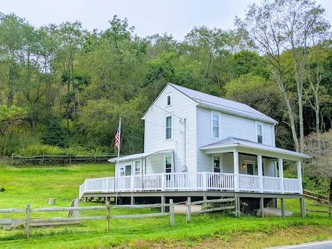 Pet-Friendly Farmhouse in Laurel Hill State Park