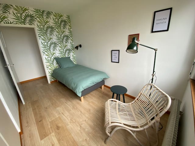 Nous vous proposons trois chambres singles avec espace de travail. Le Corbusier parlait de cellules, la chambre se voulait minimaliste avec un lit, un rangement, une table ou bureau et une chaise. Nous avons revisité le concept, l'esprit demeure...