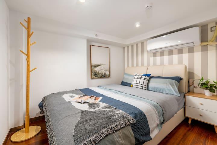 次卧:1.5米宽的双人床