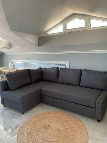 Rahat köşe koltuğumuz aynı zamanda iki kişilik yatak olarak kullanılabilmektedir.