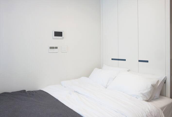 침실_ 사이즈 침대와 호텔식 침구(매회 교체)