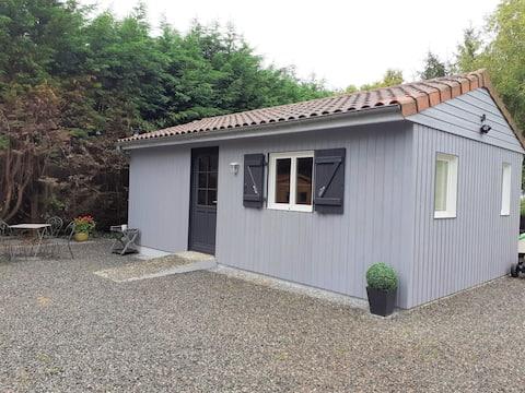Petite maison en bois au cœur de la campagne