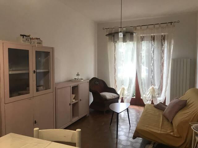 Open space di circa 35 mq con zona cottura, tavolo da pranzo e divano letto.