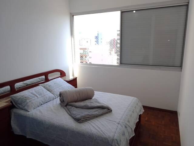 A cama possui gavetas laterais, disponíveis para uso do hóspede, além das gavetas componentes das mesinhas de cabeceira laterais. O quarto também possui um cabideiro e uma estante com prateleiras.