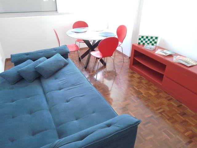 E o sofá pode virar uma cama para maior comodidade.