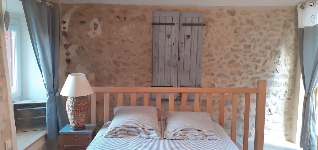 A l'étage, votre chambre avec accés direct sur la terrasse.