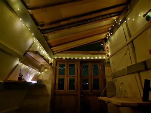 Una tinyhut como nunca la has visto, especial para una noche acogedora mirando las estrellas. Su domo hace que en las noches despejadas puedas ver las estrellas haciendo de tu estancia una experiencia increíble.